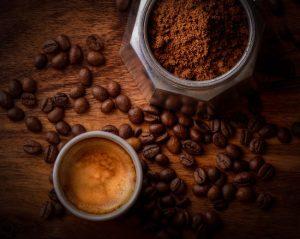 gemalen koffie naast het kopje
