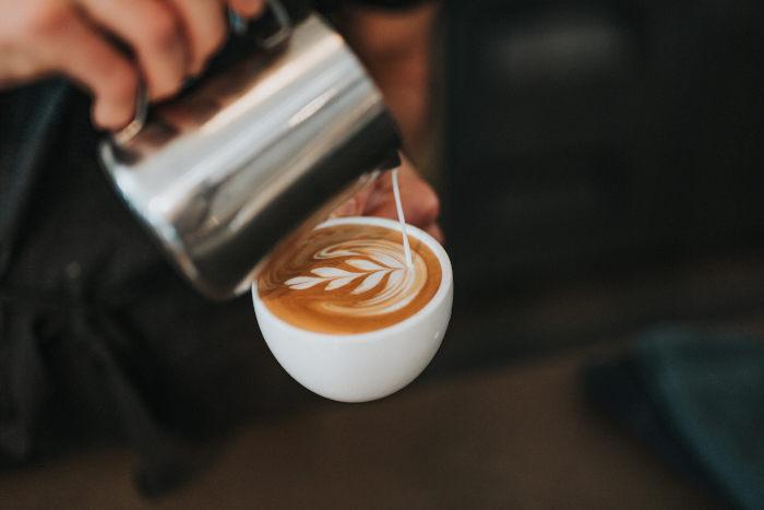 melk in koffiepatroon gieten