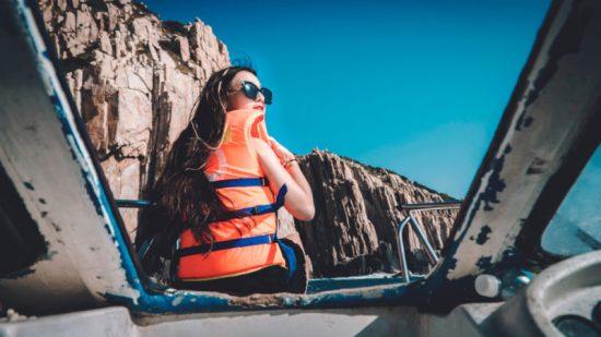 reizen per boot vrouw in een vest
