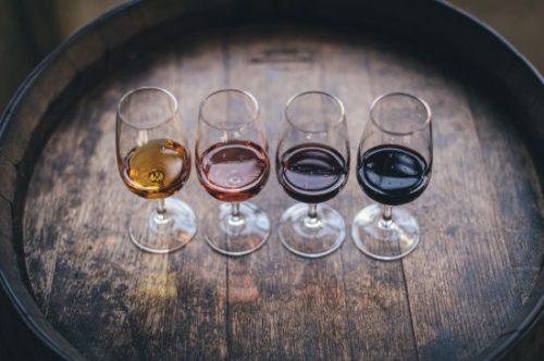 wijnglazen op een houten vat